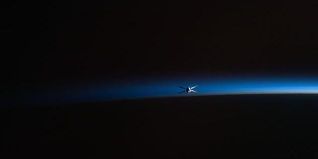 Kepler Module in X-Form vor dem Horzont der aufegehnden Sonne vom der ISS aus gesehen